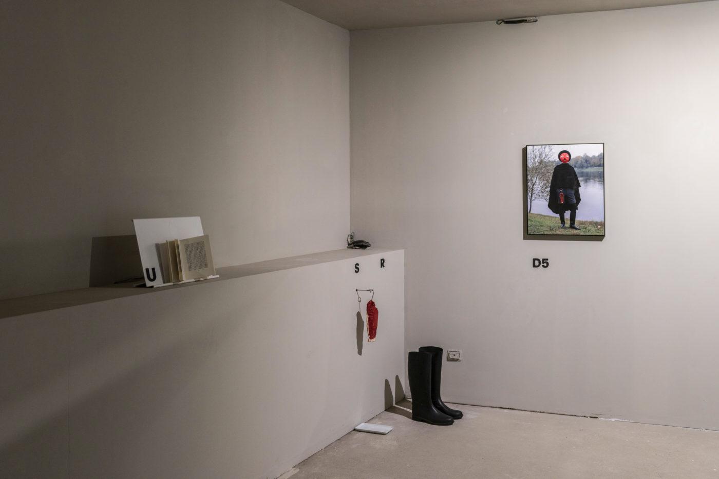 F/Q, Ho steso un lenzuolo per terra, Installation view, FuturDome, January 2020, courtesy F/Q